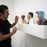 Javier Aguilera instalando sus esculturas cerámicas