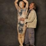 Jean Marie Borgeaud junto a una de sus esculturas