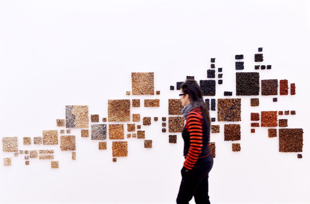 Fotografía personal de Sofia Beça con un mural al fondo