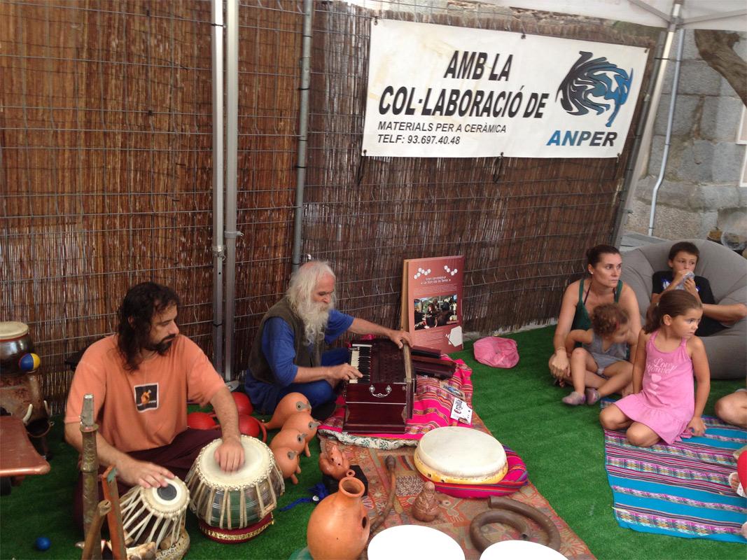 Ivan Levasseur interpretando música con instrumentos de cerámica