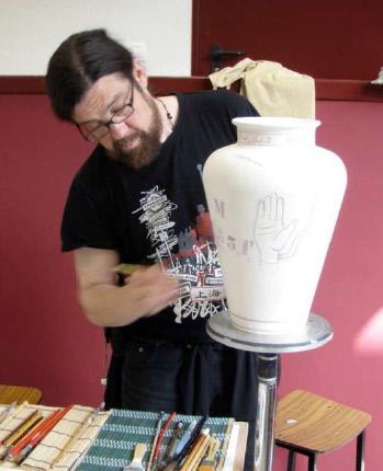 Xavier MOnsalvatje decorando una pieza