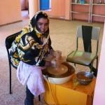 Alumna trabajando en la escuela de cerámica saharaui