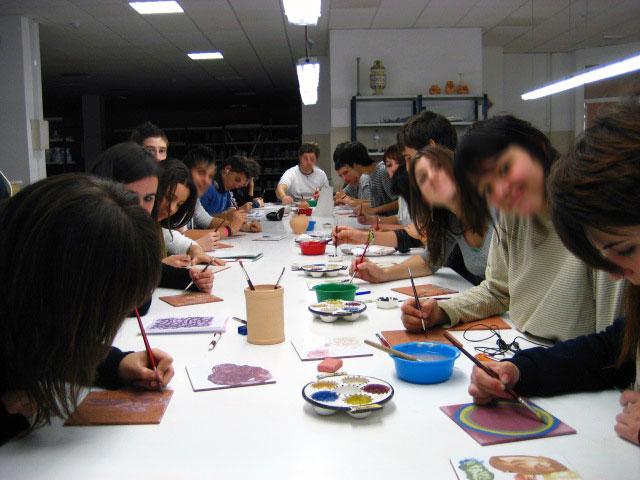 Vista de un clase de cerámica en Avec-gremio