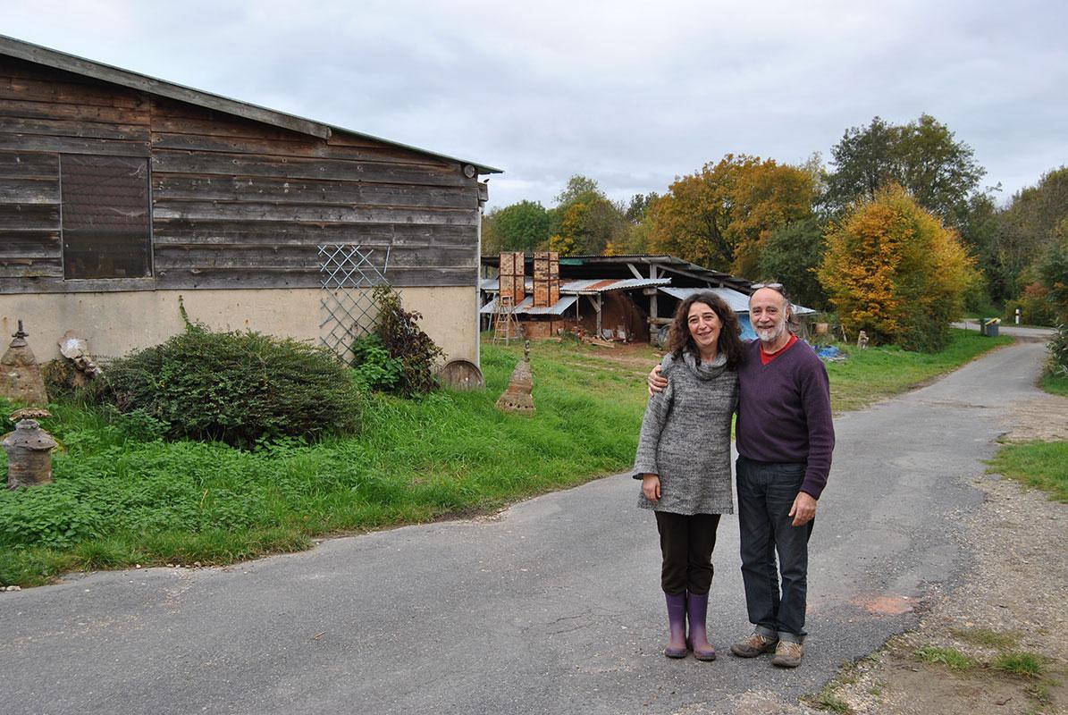 Pep Gómez y Alicia Rochina enfrente de su casa en La Borne, Francia