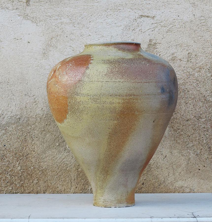 Pieza de Caterina Roma con efectos de cenizas sobre la pieza sin esmalte