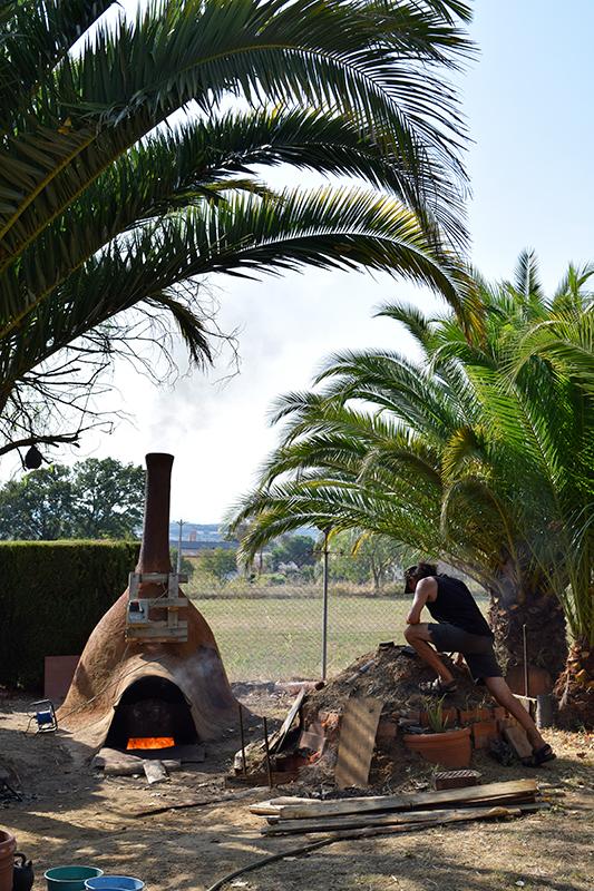 Lluis Heras preparando su cocción de cerámica negra