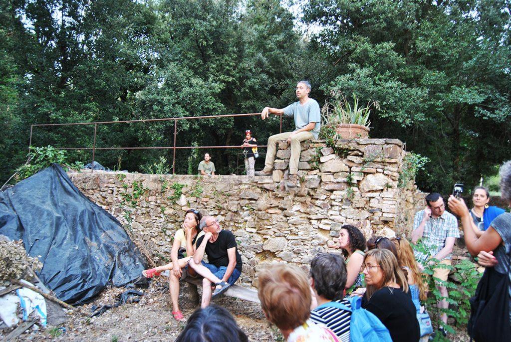 Charla de Josep Mates en el horno de rajoler de Mas Can Frigola
