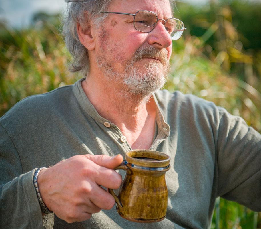 Mike Dodd con una de sus tazas