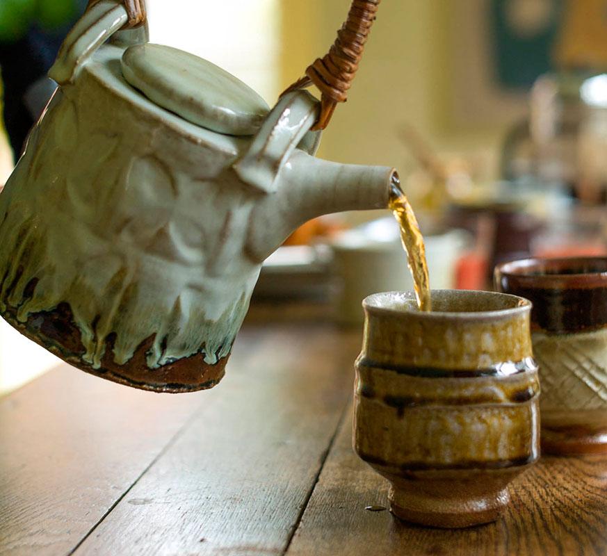 """Sirviento el té con una tetera de Anne Mette Hjortshøj y un """"yunomi"""" de Phil Rogers"""