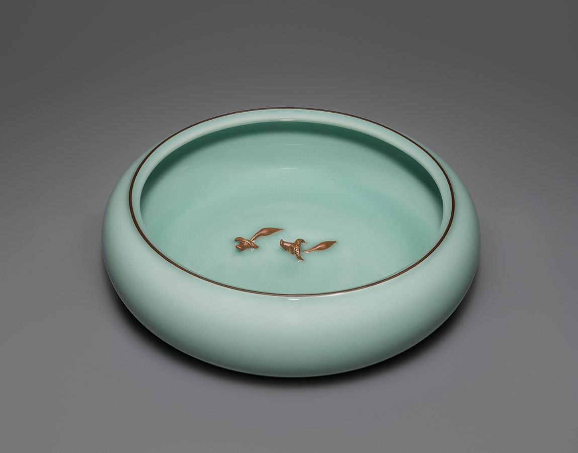 Pieza de celadón sobre porcelana
