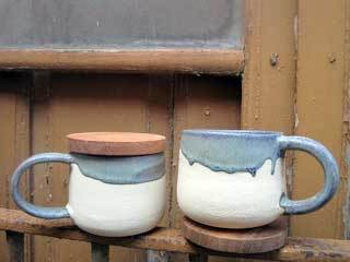 tasses-amb-tapa-gres-blanc--tapa-torn-manual-natural