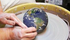 foto de manos torneando la imagen del mundo
