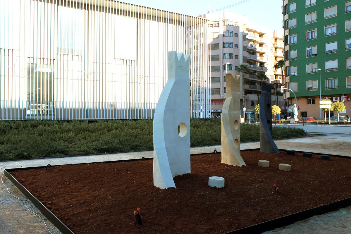 Vista de la escultura cerámica ya instalada