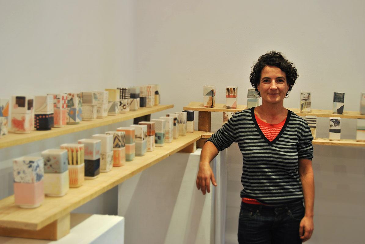 Foto personal de Raquel Sanz junto a su instalación cerámica