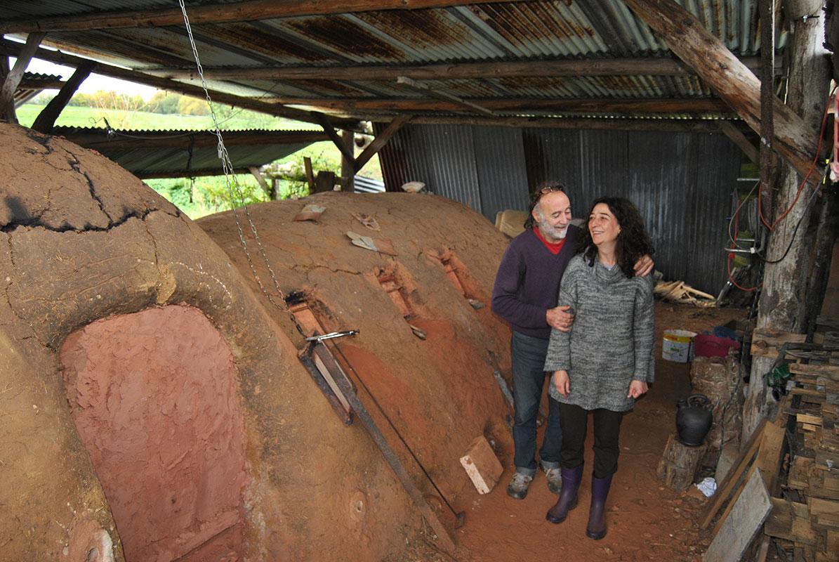 Pep Gómez y Alicia Rochina junto a su horno en La Borne, Francia