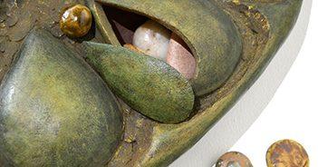 pieza de cerámica de la exposición Obsessionspieza de cerámica de la exposición Obsessions