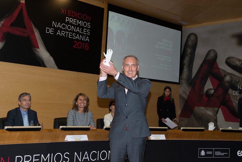 Claudi de José en la recogida de los Premios Nacionales de Artesania